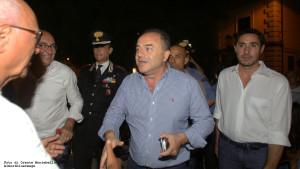 Gratteri al suo arrivo in piazza Matteotti, insieme al sindaco Alecci e al capitano Sica