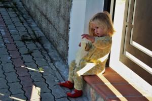 La piccola Arianna, volenterosa nell'indossare i guanti per pulire